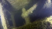 kuvassa aluksen peräsinakseli ja sen pinna peräkansien välistä kuvattuna.